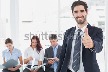 Glimlachend jonge zakenman team achter witte Stockfoto © wavebreak_media