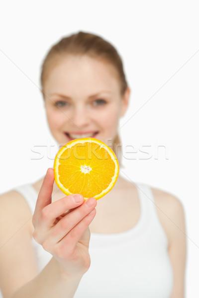 Nő bemutat narancsszelet mosolygó nő mosolyog fehér Stock fotó © wavebreak_media