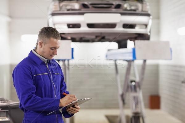 Meccanico appunti guardando garage auto Foto d'archivio © wavebreak_media