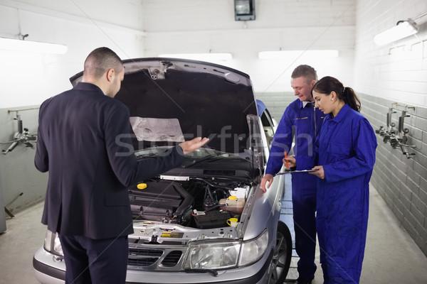 Cliente olhando carro motor garagem mulher for Client mystere garage automobile