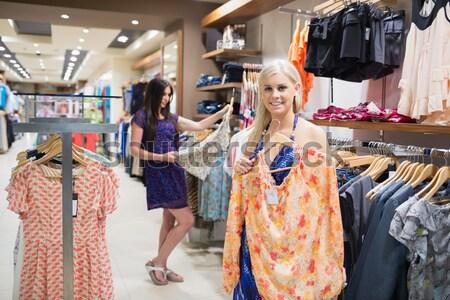 ストックフォト: 女性 · オレンジ · シャツ · 服 · ストア