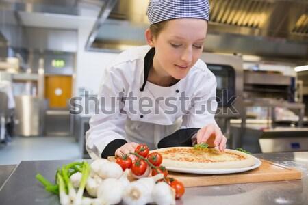 Zdjęcia stock: Kucharz · truskawki · sałatka · owocowa · kuchnia · żywności · uśmiech
