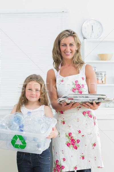 Sorridere madre figlia piedi cucina rifiuti Foto d'archivio © wavebreak_media
