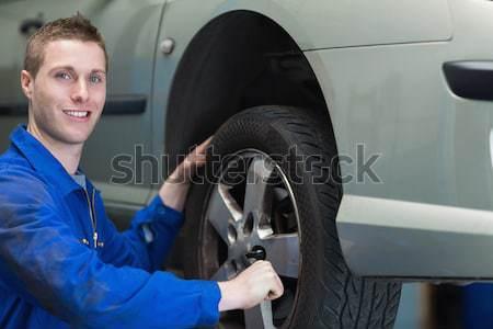 Mechanik samochodowy samochodu opon portret mężczyzna szczęśliwy Zdjęcia stock © wavebreak_media