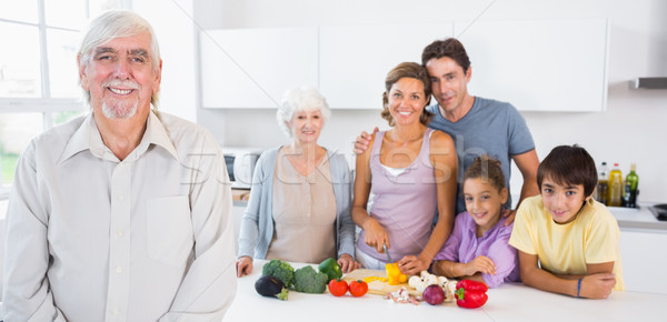 Nagyapa áll konyhapult család mögött ház Stock fotó © wavebreak_media