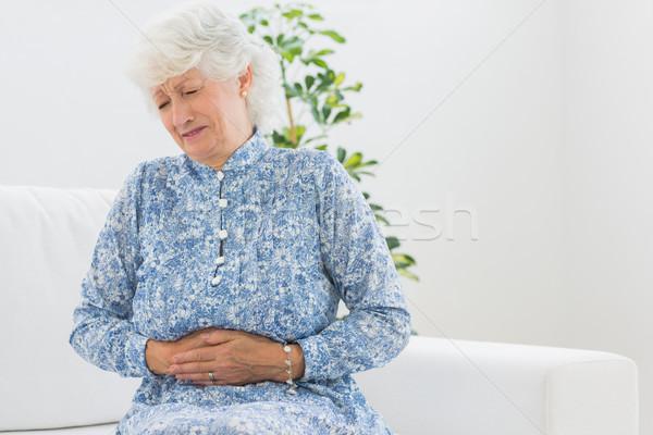 腹 痛み リビングルーム 家 女性 ストックフォト © wavebreak_media