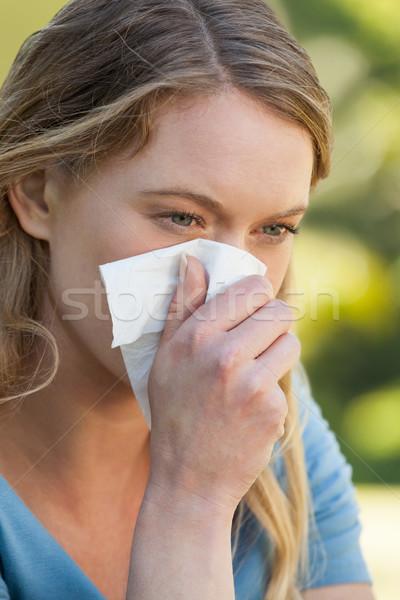 Nő orrot fúj papírzsebkendő papír park közelkép Stock fotó © wavebreak_media