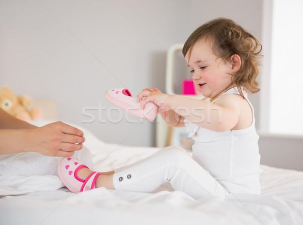Mãe curativo para cima jovem filha cama Foto stock © wavebreak_media