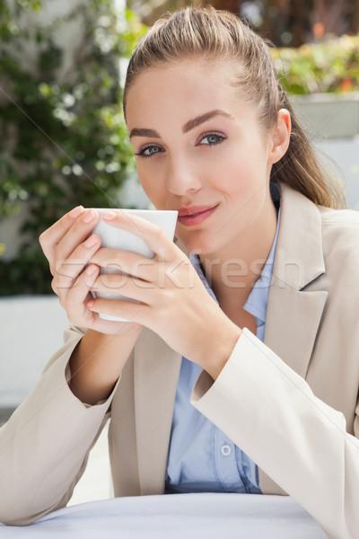 Mooie zakenvrouw genieten koffie buiten coffeeshop Stockfoto © wavebreak_media