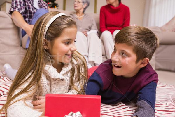 Sorridere fratello sorella apertura regalo home Foto d'archivio © wavebreak_media