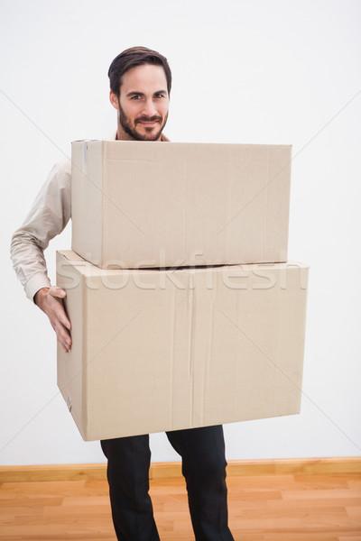Mosolyog férfi tart karton mozog doboz Stock fotó © wavebreak_media