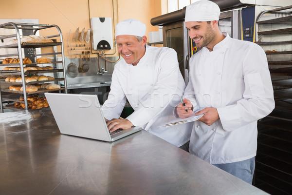 Glimlachend laptop keuken bakkerij business Stockfoto © wavebreak_media