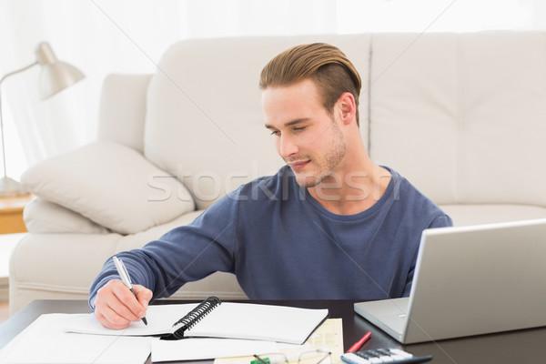 Concentrarse hombre grave casa salón Foto stock © wavebreak_media
