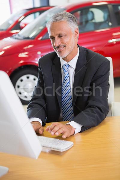 Sorridente empresário trabalhando computador sala de exposição Foto stock © wavebreak_media