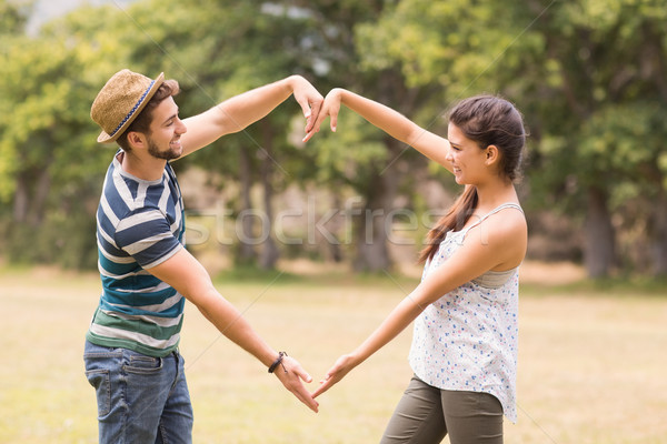 Bonitinho casal parque forma de coração Foto stock © wavebreak_media