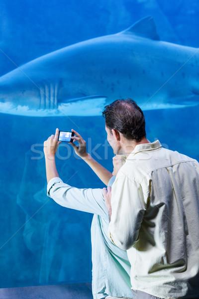 Szczęśliwy para zdjęcie rekina akwarium Zdjęcia stock © wavebreak_media
