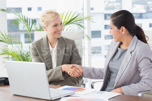 Foto stock: Empresarias · apretón · de · manos · oficina · gente · de · negocios · equipo · femenino