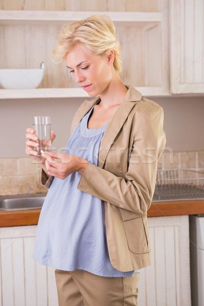Szőke nő terhesség elvesz vitamin konyha nő Stock fotó © wavebreak_media