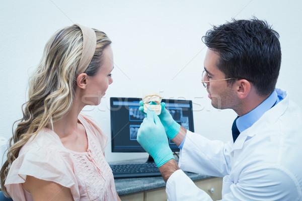 Tandarts tonen vrouw prothese tanden zijaanzicht Stockfoto © wavebreak_media