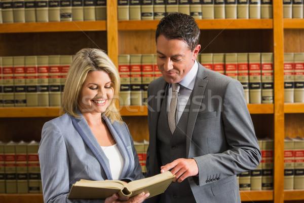 Prawnicy czytania książki prawa biblioteki uczelni Zdjęcia stock © wavebreak_media