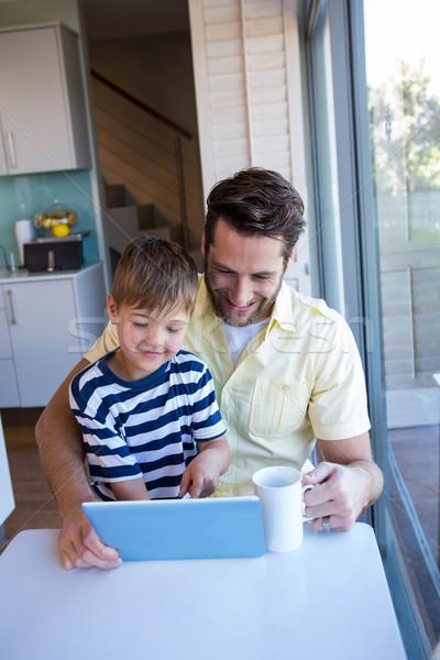 Apa fia táblagép nappali otthon ház szeretet Stock fotó © wavebreak_media