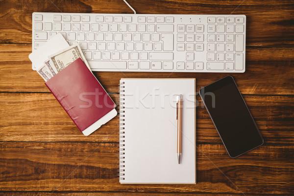 Pen notepad tastiera smartphone tavolo in legno legno Foto d'archivio © wavebreak_media