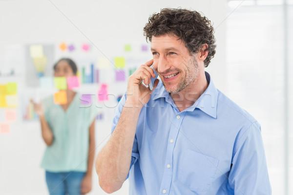 Zakenman telefoongesprek collega poseren kantoor gelukkig Stockfoto © wavebreak_media