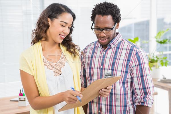 Pessoas de negócios olhando clipboard escritório homem feliz Foto stock © wavebreak_media