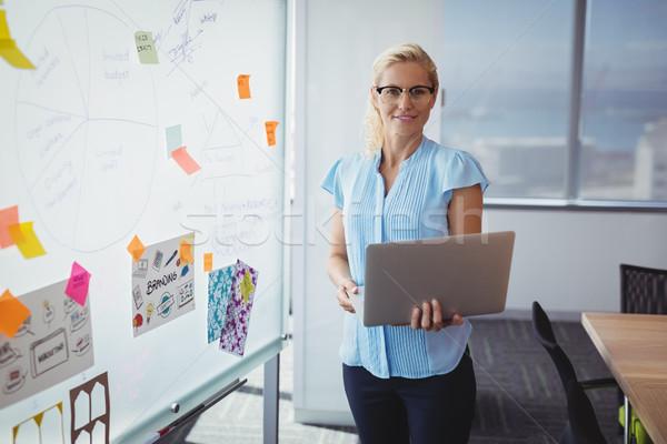 Portret glimlachend uitvoerende permanente laptop kantoor Stockfoto © wavebreak_media