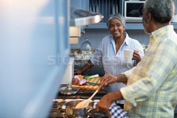 Mujer sonriente taza de café hablar hombre pie Foto stock © wavebreak_media