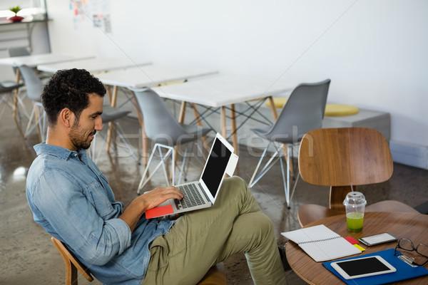 若い男 ラップトップを使用して オフィス 小さな ビジネスマン 座って ストックフォト © wavebreak_media