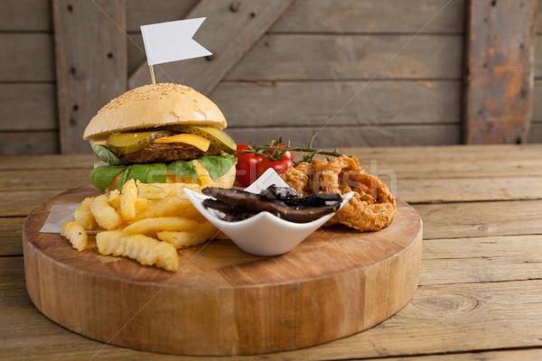 Hamburger cebula pierścień frytki deska do krojenia Zdjęcia stock © wavebreak_media