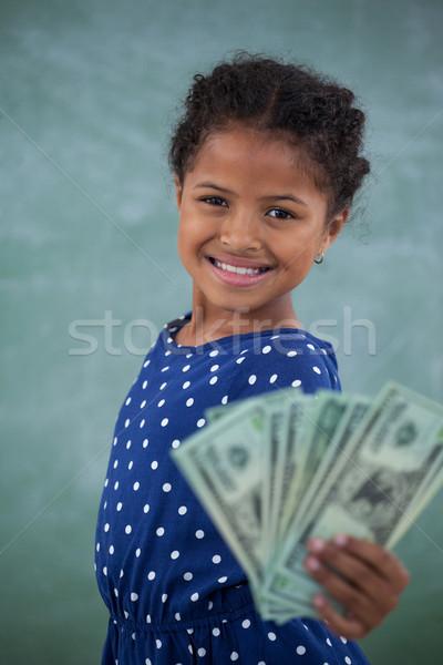 Portré lány mutat papírpénz fal áll Stock fotó © wavebreak_media