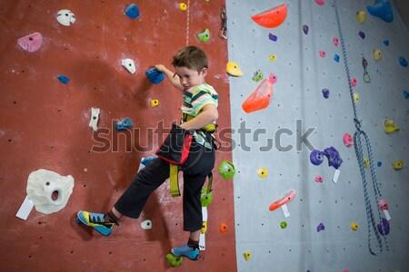 Photo stock: Déterminé · garçon · escalade · fitness · studio