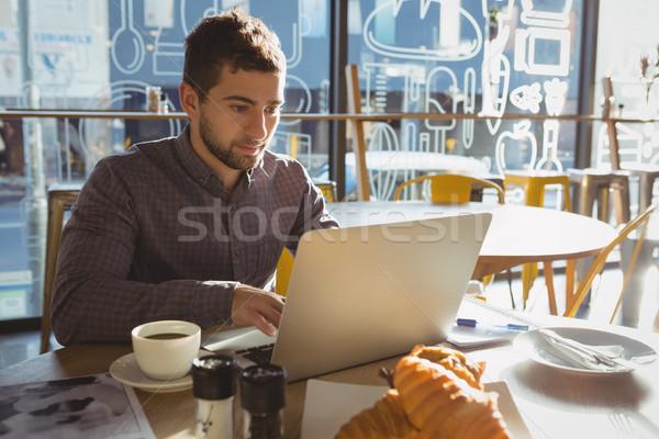 Zakenman ontbijt met behulp van laptop cafe tabel man Stockfoto © wavebreak_media