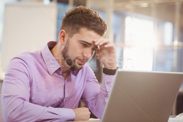 Preocupado empresário olhando laptop escritório computador Foto stock © wavebreak_media