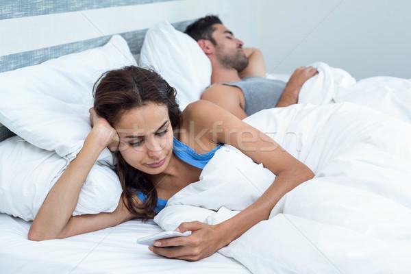 Nő telefon megnyugtató ágy férj fiatal nő Stock fotó © wavebreak_media