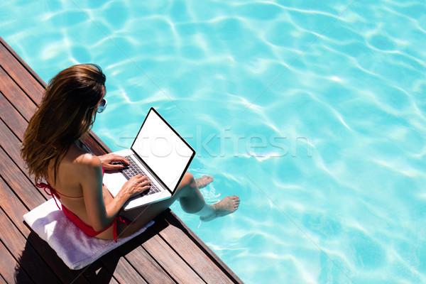 Kadın dizüstü bilgisayar kullanıyorsanız havuz kenar bilgisayar Stok fotoğraf © wavebreak_media