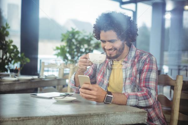Homme téléphone portable café cafétéria téléphone tasse Photo stock © wavebreak_media