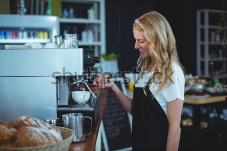 Retrato sonriendo camarera taza café Foto stock © wavebreak_media