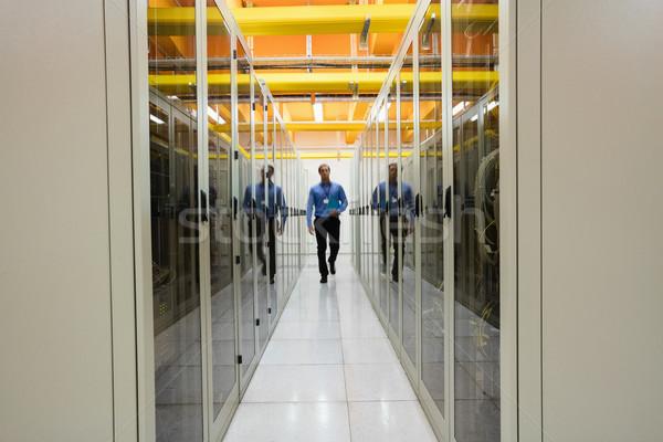 Technik spaceru serwera pokój korytarzu człowiek Zdjęcia stock © wavebreak_media