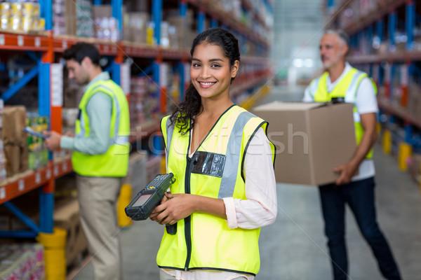 Retrato feminino armazém trabalhador em pé código de barras Foto stock © wavebreak_media