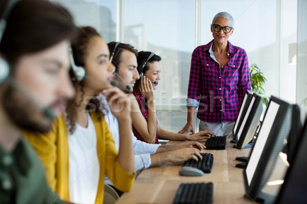 ügyfélszolgálat igazgató edző ellenőrzés csapat iroda Stock fotó © wavebreak_media