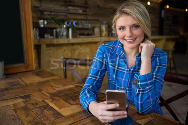 Retrato mujer sonriente teléfono móvil Cafetería mujer teléfono Foto stock © wavebreak_media