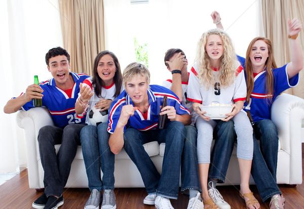 Gençler izlerken futbol maç livingroom grup Stok fotoğraf © wavebreak_media