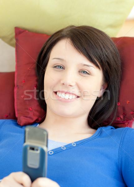 Mosolyog tinilány küldés szöveg kanapé nappali Stock fotó © wavebreak_media