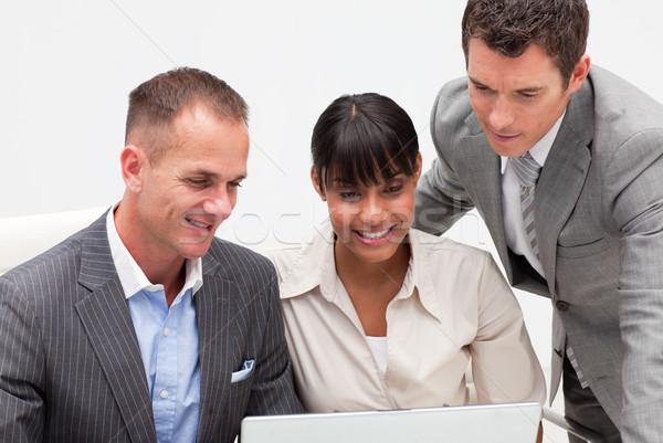 Femme d'affaires affaires utilisant un ordinateur portable bureau souriant ordinateur Photo stock © wavebreak_media