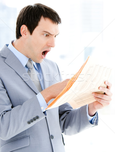Portret verwonderd zakenman lezing krant kantoor Stockfoto © wavebreak_media