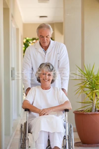 Lekarza pacjenta wózek przestrzeni komórkowych starszych Zdjęcia stock © wavebreak_media