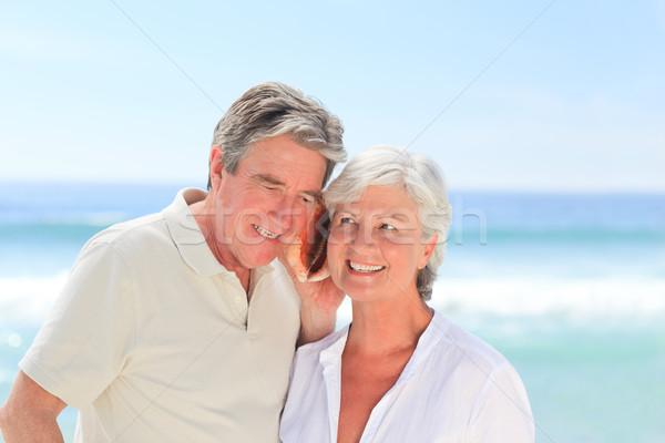 Emeryturę para słuchania powłoki kobieta plaży Zdjęcia stock © wavebreak_media